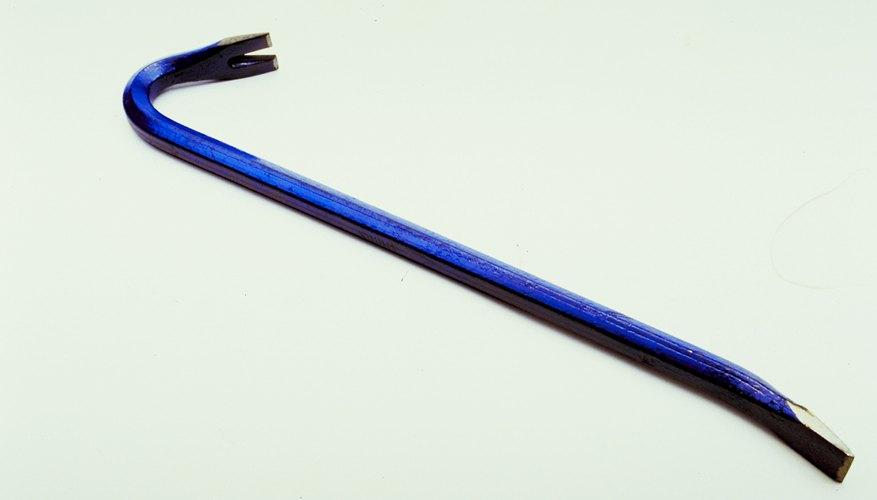 Una barra de hierro es una palanca eficaz en espacios cerrados.
