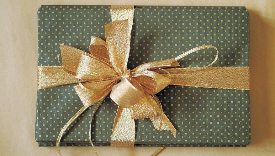 Básate en los gustos de la pareja para elegir el regalo.