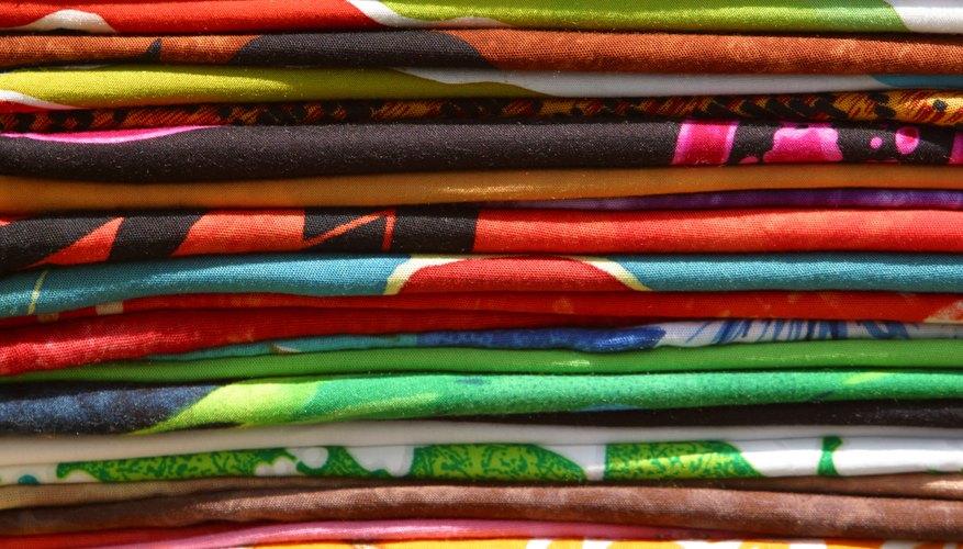 Haz tu propia bufanda con telas de colores.