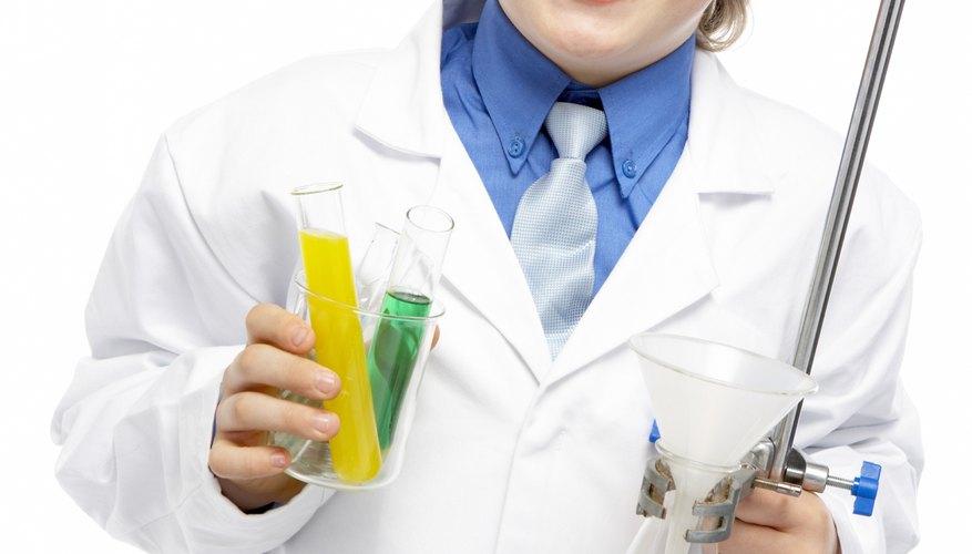 Busca batas de laboratorio pequeñas que puedan entrarles a los niños.