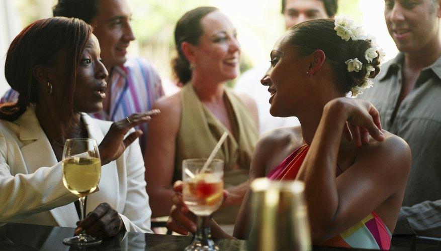 Ayuda a que se entablen conversaciones en las fiestas con juegos sociales.