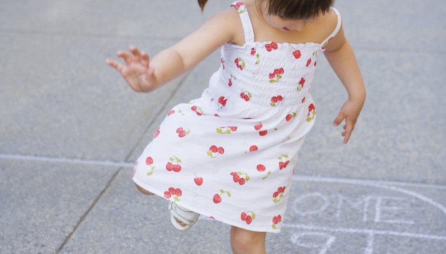 Saltar en un pie ayuda a la coordinación de los niños.