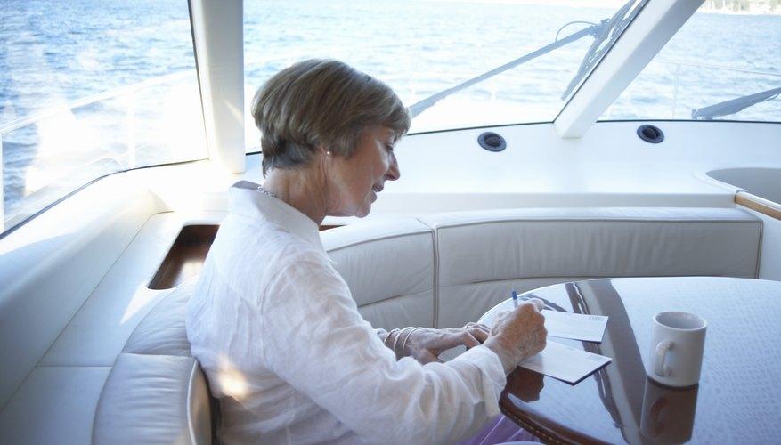 Una firma a mano es una buena manera de personalizar una carta profesional de invitación.