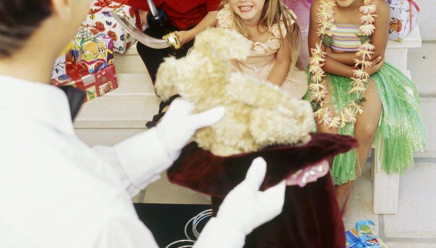 A los niños les encantan las fiestas de disfraces con amigos.
