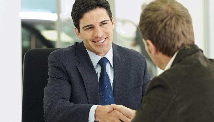 Los argumentos de ventas convencen al cliente a que compre.