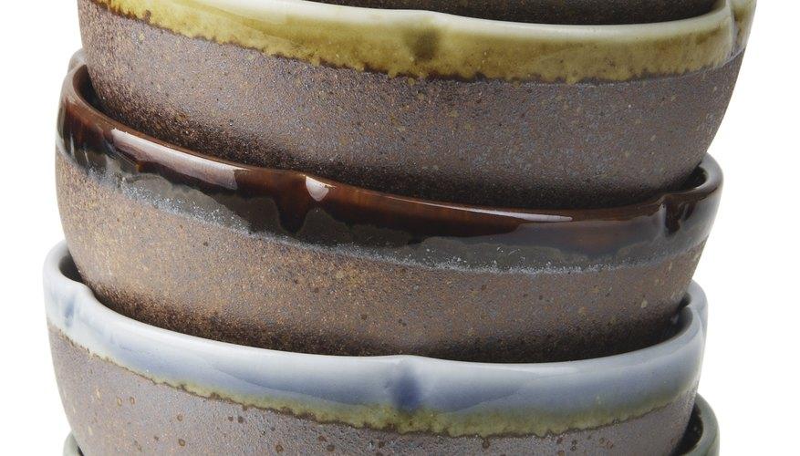 Volver a pintar cerámica cocida implica iniciar el proceso de nuevo en áreas más pequeñas.