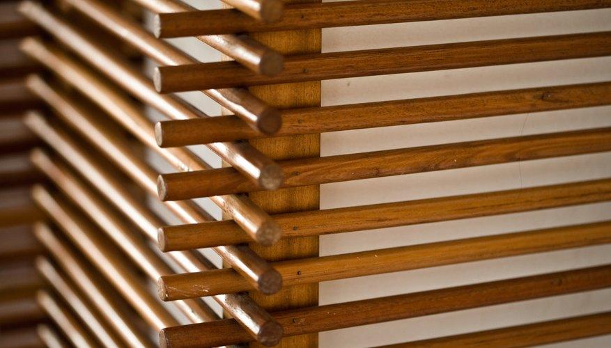 Las clavijas de madera son la base para un escurreplatos sencillo.