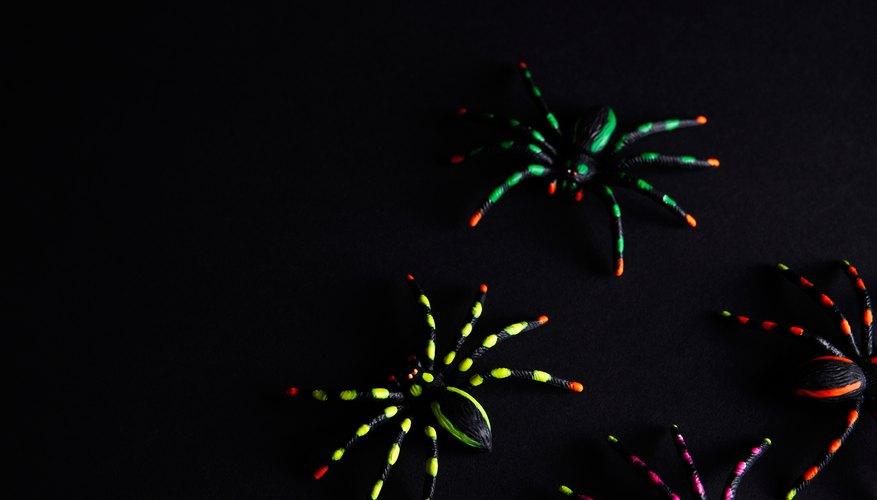 Los proyectos con pinturas que brillan en la oscuridad se pueden decorar con pinturas fosforescentes hechas en casa.