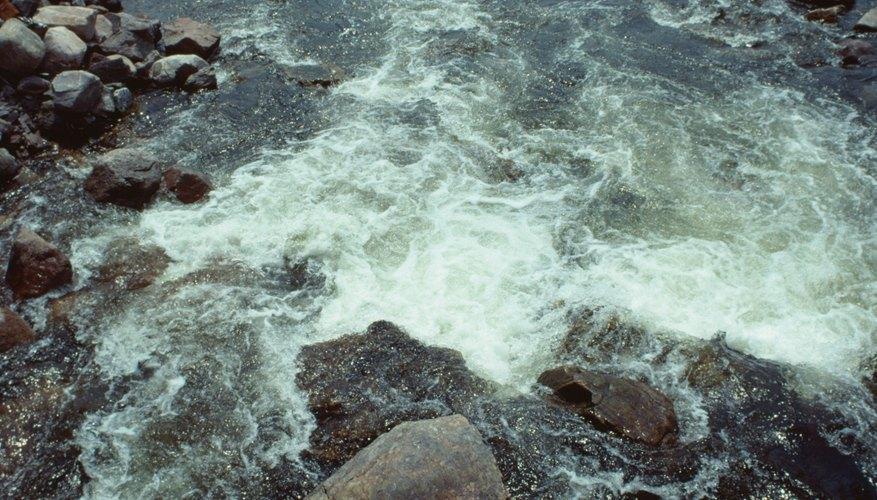 La profundidad crítica indica la profundidad aproximada en la que el flujo de agua en un canal cambia de supercrítico a subcrítico.