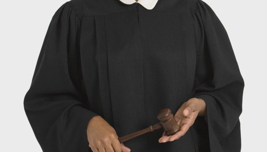 El consentimiento, privilegios absolutos y privilegios condicionales son tres tipos de defensas contra la difamación.