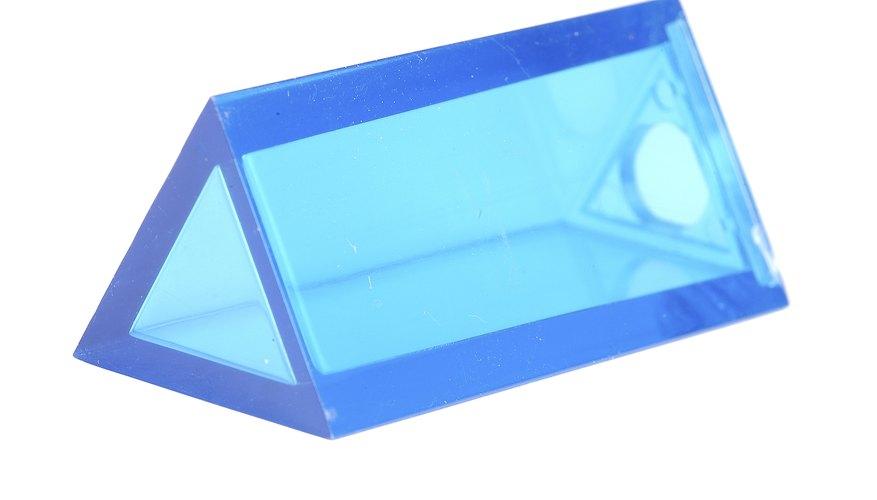 El volumen de un prisma triangular es usado para determinar el volumen de un cuarto que tenga un techo triangular, como un ático.