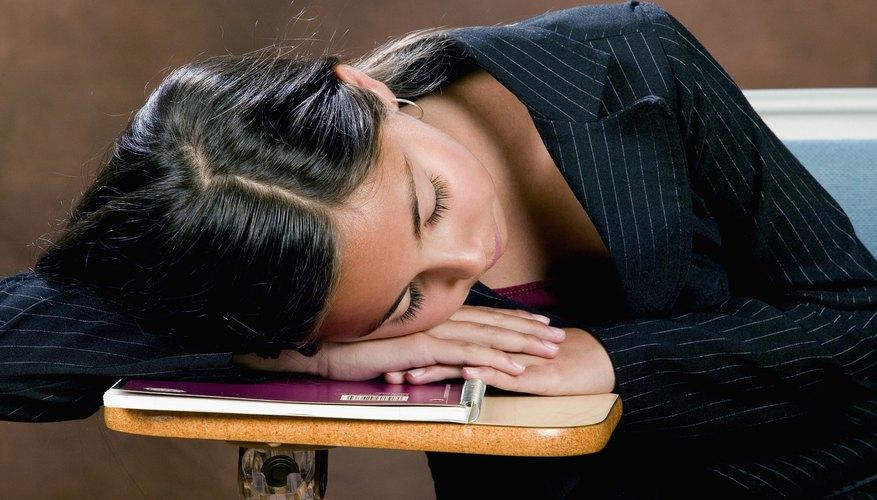 Los adolescentes con privación de sueño presentan riesgos de salud, como depresión y obesidad.