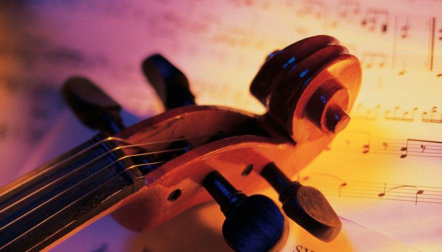 Aprieta las clavijas de afinación sueltas en el clavijero para mantener a las cuerdas del violín afinadas.
