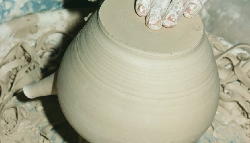 Remueve y refina tu propia arcilla para cerámica.