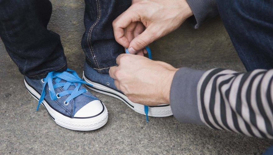 Aprende a atar tus cordones utilizando el nudo Ian para evitar tener que inclinarte a atarlos a menudo.