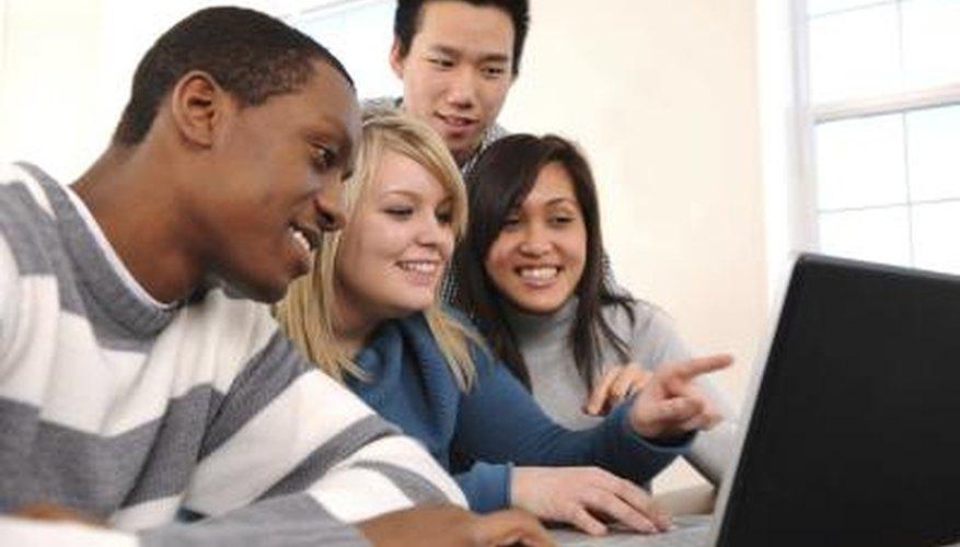 Estudiantes de escuela secundaria en la computadora.
