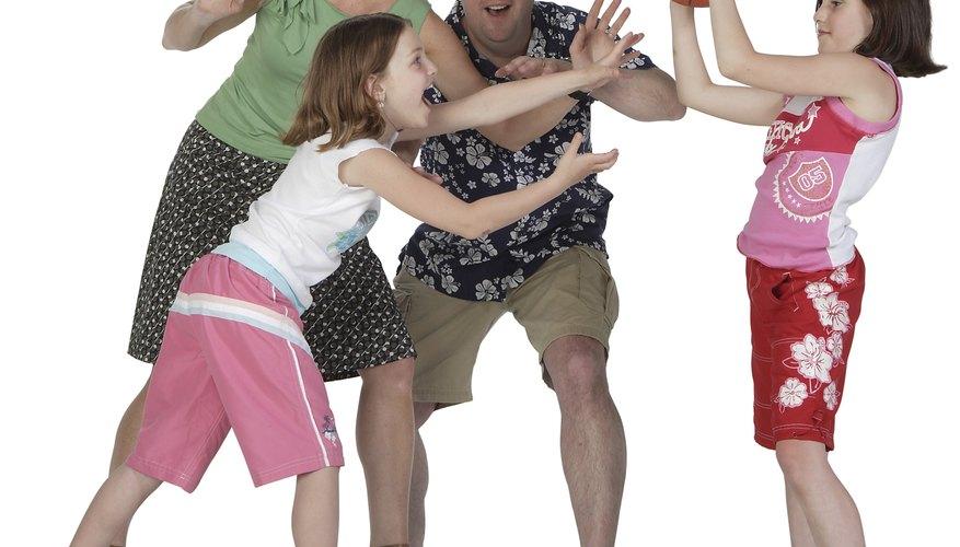 Los niños pueden practicar baloncesto en casa para permanecer activos y mejorar la convivencia con los padres.