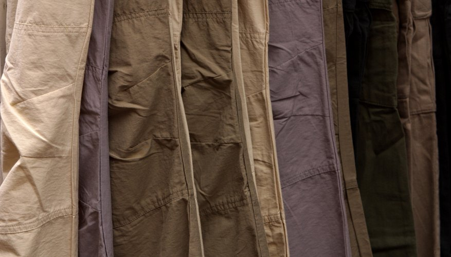 Diferencia entre los pantalones chinos y los pantalones caqui.