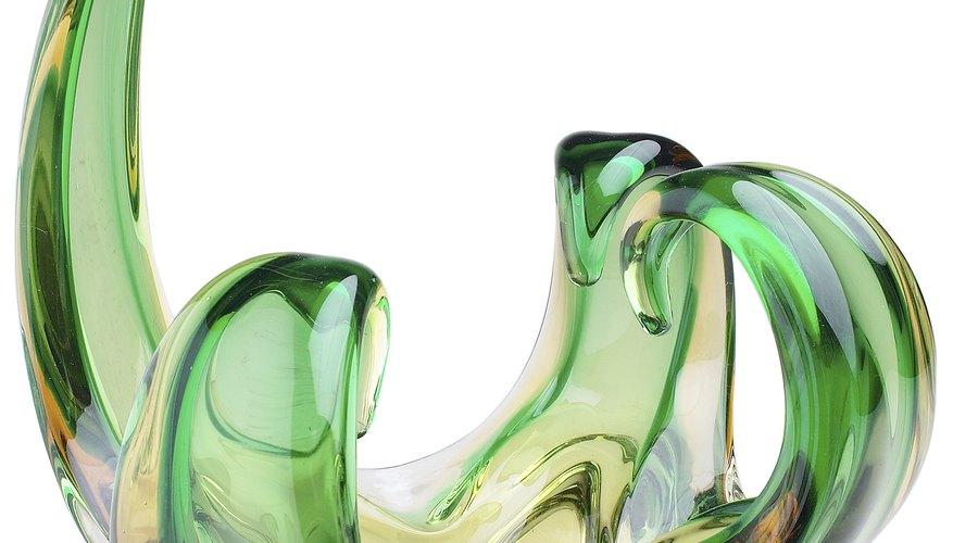 Una pieza de arte abstracto tridimensional te hace reflexionar sobre su significado y valor, ya que no es una descripción clara de la realidad.