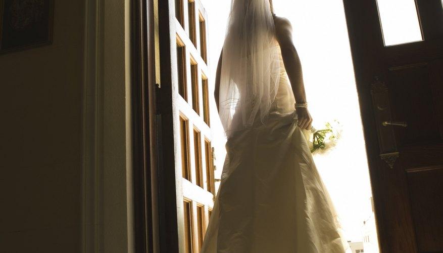Las colas de los vestidos de novia le dan un toque de elegancia a tu boda formal.