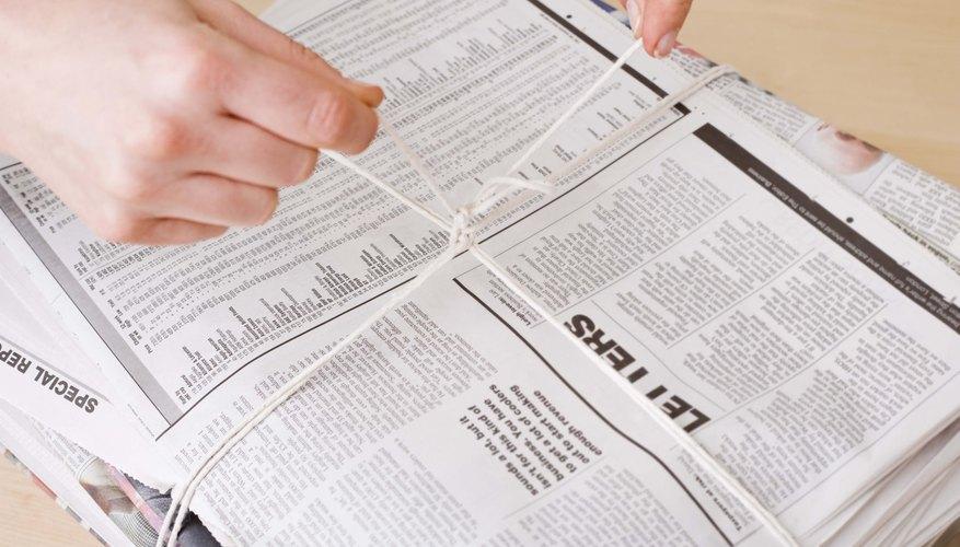 Varios productos reciclados de papel están hechos de periódicos reciclados.
