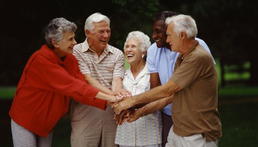 Las características demográficas de los consumidores en un plan de marketing puede incluir personas mayores de 65 años.