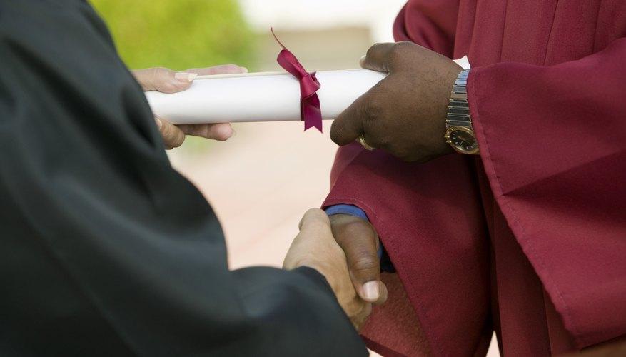 La mayoría de las empresas les piden a quienes solicitan trabajo que por lo menos tengan un certificado de preparatoria.