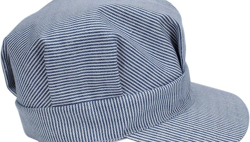Una gorra de ferrocarrilero es un accesorio divertido.