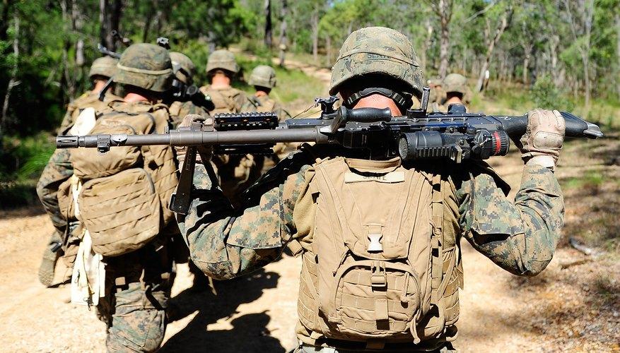 Equipo de Marines participando en ejercicios con fuego real en una base.
