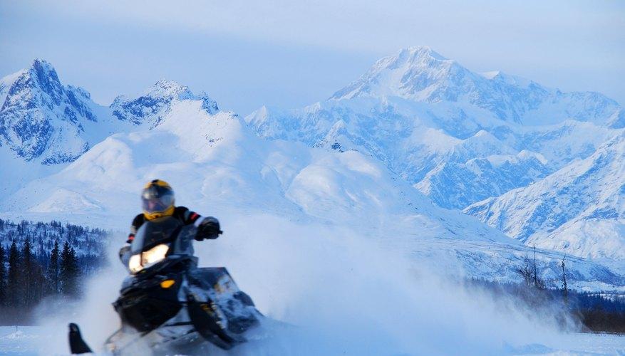Andar en motos de nieve es más emocionante si puedes ver al Monte McKinley.