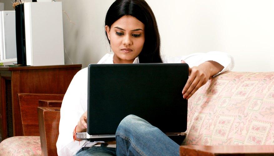 Mujer trabajando en una computadora portátil