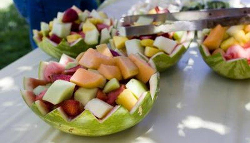 La ensalada de fruta servida en tazones hechos con cáscaras de sandias.