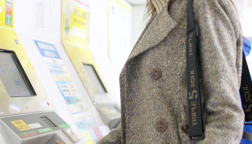 Mujer retirando dinero de su cuenta bancaria por medio del cajero automático.