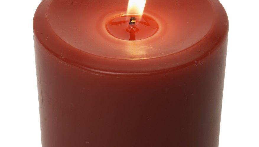Las velas son una combinación de cera, ciertos aditivos y una mecha que mantendrá la llama que quema la cera.