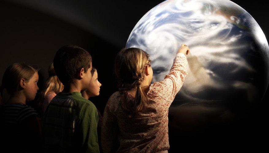 Los planetarios ofrecen programas educativos para niños sobre todos los aspectos del espacio exterior.