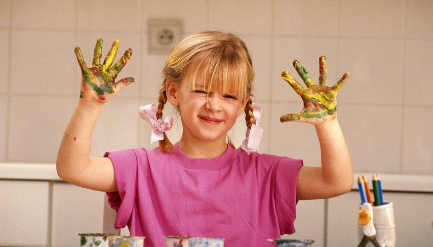 Las manos coloridas hacen estampados coloridos.