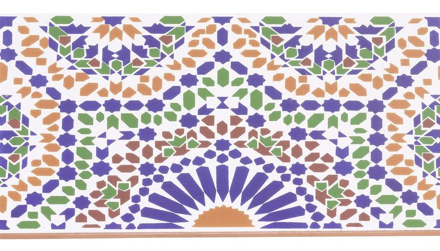 La cerámica y los azulejos se usan juntos para formar mosaicos coloridos.