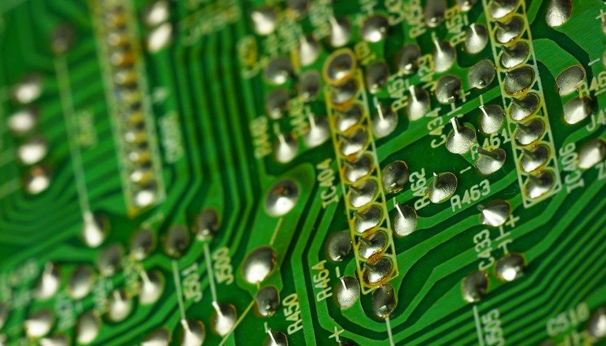 Encuentra ubicaciones libres de cableado o componentes.