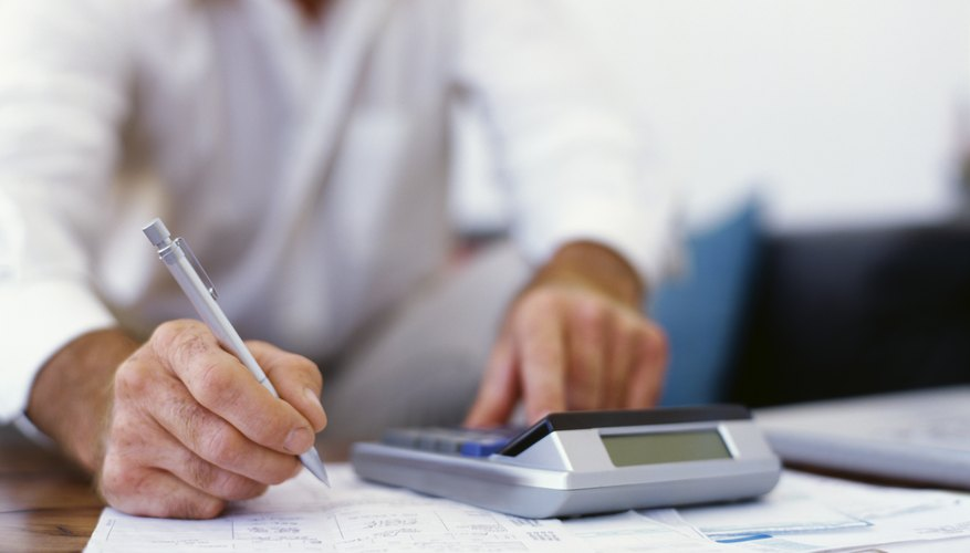 Resta los gastos de funcionamiento de los ingresos para obtener las ganancias de la compañía antes de intereses o impuestos (EBIT).