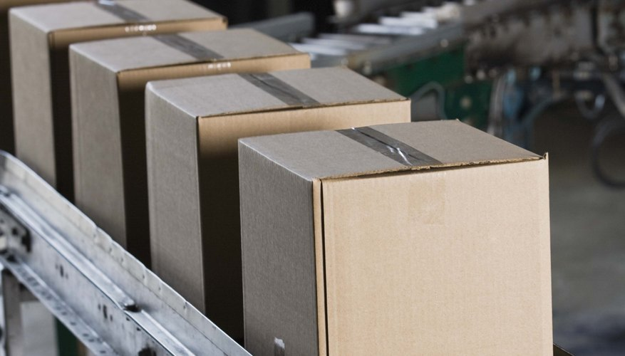 Corta una caja de cartón para obtener las piezas que necesites para la forma de diamante.