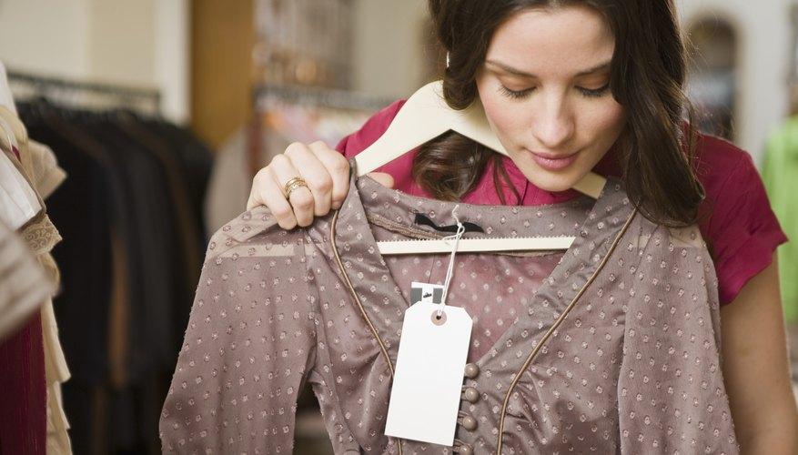 Puedes abrir una tienda de ropa y zapatos en un local físico o en línea.