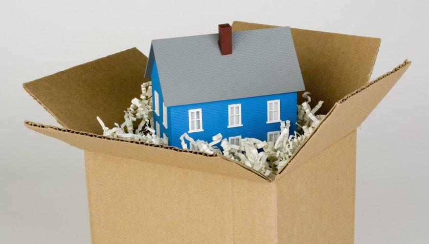 Recicla una caja de cartón haciendo un microondas de juguete para tus chicos.