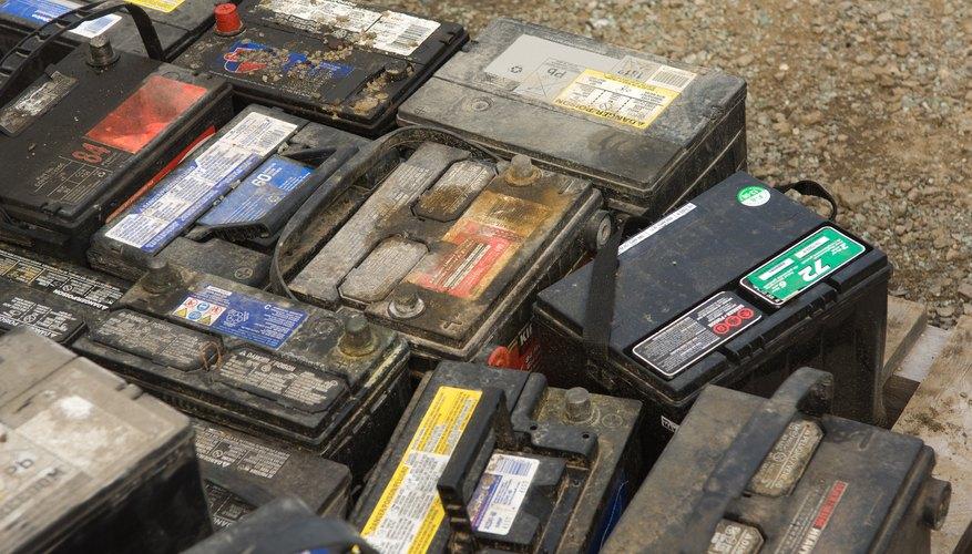 Las baterías de automóviles contienen ácido sulfúrico.