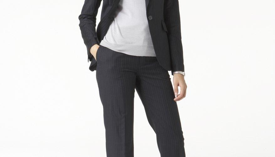 Las mujeres que se adhieran al código de vestimenta profesional pueden vestir pantalones, camisas y otras combinaciones formales.