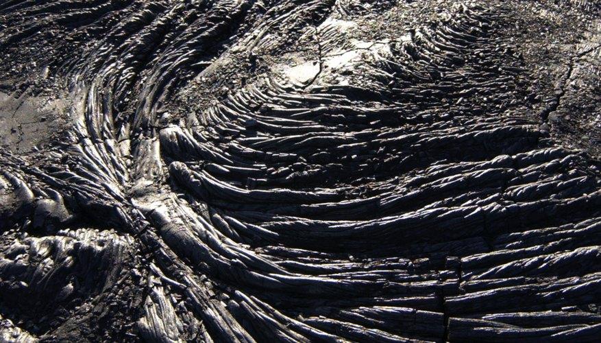 Un flujo de lava se enfría para formar roca ígnea.