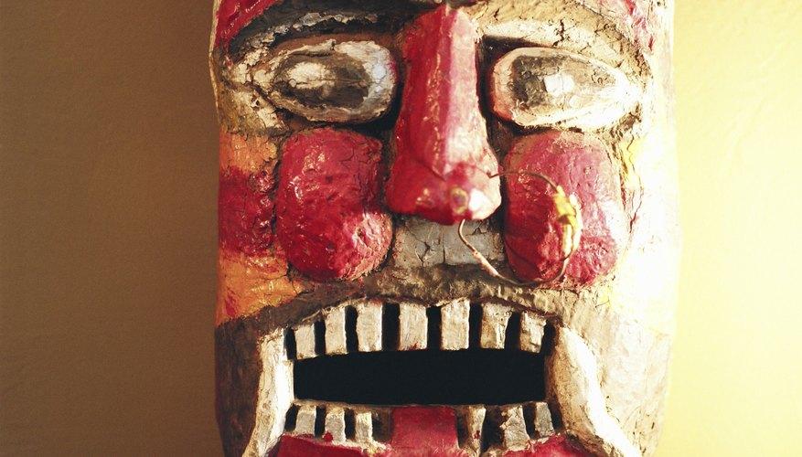 Las máscaras de arcilla pueden ser pintadas de forma realista o estilística.