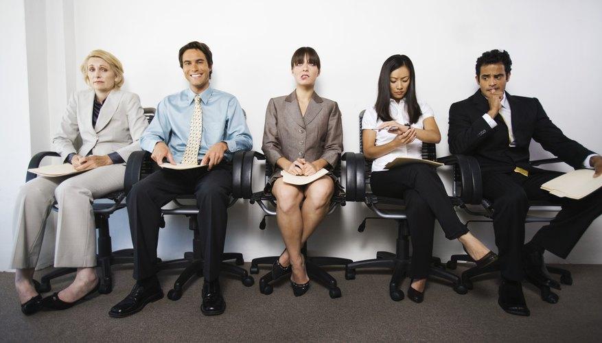 Ponte en contacto con el colega informalmente por teléfono o correo electrónico de una manera amistosa.