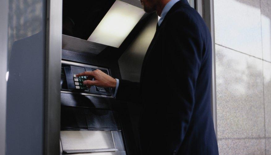 Cuando recibas una nueva tarjeta de cajero automático o ATM, si abres una nueva cuenta de banco o tu tarjeta expira, debes activar la tarjeta antes de usarla por seguridad.