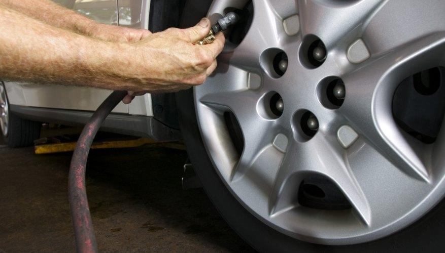 Revisa en el manual del usuario de tu coche para ver cuál es la presión recomendada para los neumáticos.