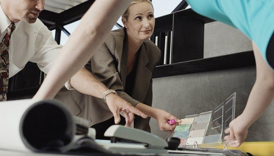 Los directores de las oficinas supervisan muchas actividades en el entorno de trabajo.